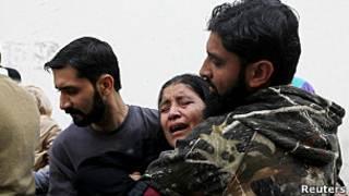 Familiares de trabajador sanitario asesinado en Pakistán