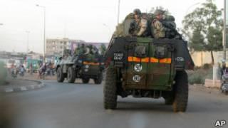 Des véhicules blindés de l'armée française dans les rues de Bamako en route vers Mopti.