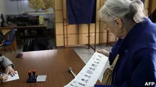 Una mujer por votar en Chipre