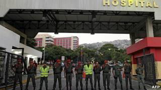 Guardias a la entrada del hospital Militar en Caracas