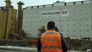 Policía fuera de la fábrica
