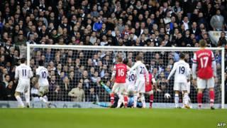 Tottenham Hotspur melawan Arsenal.