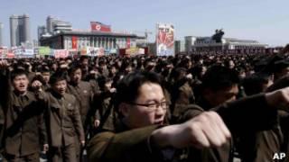 Militares e estudantes em manifestação de apoio a Kim Jong-un (foto: AP)