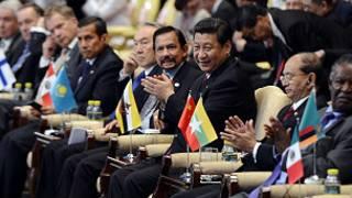 Líder chinês Xi Jinping em meio a líderes mundiais