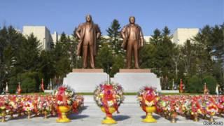 Tượng đài hai cha con Kim Il-sung và Kim Jong-il