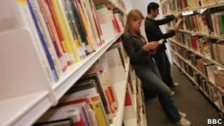 Estudantes em Liverpool, em foto de arquivo (BBC)