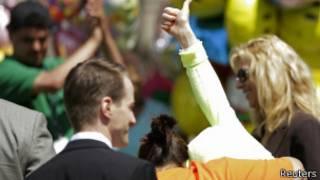 Gina DeJesus se esconde das câmeras ao voltar para casa (Reuters)