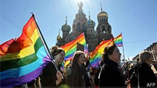 Ativistas que defendem os direitos dos gays em São Petersburgo (AFP)