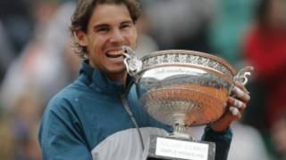 Rafael Nadal và chiếc cúp vô địch lần thứ 8