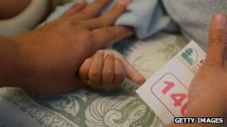 Bebé siendo sometida a una ablación de clítoris