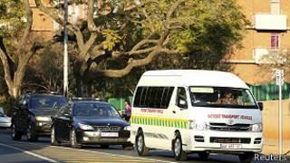 Ambulancia con escolta deja el hospital Medi-Clinic Heart Hospital de Pretoria el día de la internación de Mandela