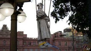 Estatua de Colon en el momento de ser retirada