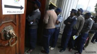 Des policiers faisant la queue pour voter à Harare.