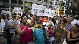 Manifestantes em Nova York carregaram fotos de Trayvon Martin (AP)