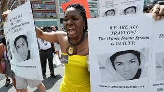 抗议者高举马丁的照片。