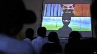 Crianças assistem a trecho do desenho no Paquistão