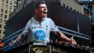 Gareth Bale en una valla en Times Square
