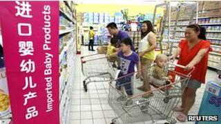 Consumidores en un supermercado en China