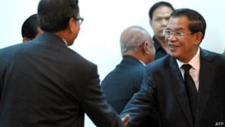 Ông Hun Sen bắt tay ông Sam Rainsy tại cuộc gặp hôm 16/9