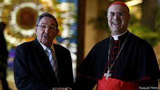 Raúl Castro y Monseñor Bertone