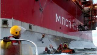 ativistas escalam plataforma de petróleo | AFP/Greenpeace
