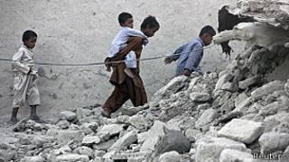 sobrevivientes caminan entre escombros del terremoto de Pakistán