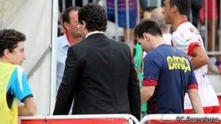 Lionel Messi, lesionado, abandona el estadio