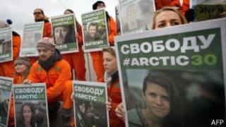 Ativistas protestam contra prisão de colegas (foto: AFP)