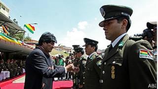 Morales con algunos policías condecorados