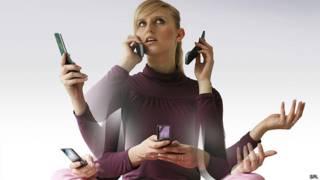 Mujer con muchos celulares