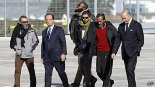 Francois Hollande con los exrehenes
