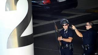 policía custodia terminal 3 del aeropuerto de los Angeles