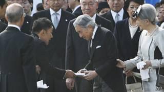 Taro Yamamoto y el emperador Akihito