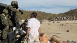 Militares entregam suprimentos para desabrigados nas Filipinas (foto: Reuters)