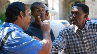 Cubanos debatiendo (Foto: Raquel Pérez)