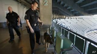 Agente de policía y perro en Los Ángeles