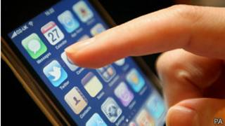 Dedo femenino que apunta al símbolo de Twitter