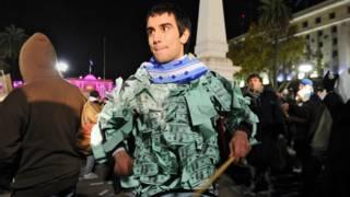 Argentino con un disfraz de billetes de dólar