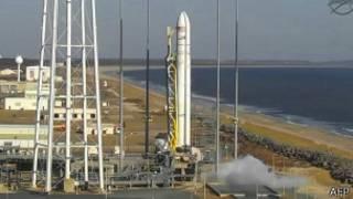 El cohete Antares poco antes de despegar