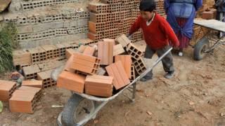 Niño trabajando en la construcción