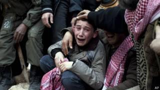 Niño llora la muerte de su padre, tras ataque sirio