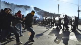 Manifestantes e policiais entram em confronto em Sarajevo (foto: Reuters)