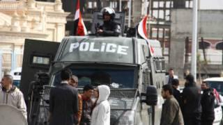 Photo montrant une voiture de police transportant Mohamed Morsi, lors d'une audience de son procès