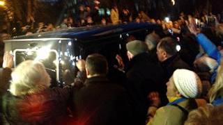 Ioulia Timochenko quitte la prison de Kharkiv, en présence de ses sympathisants