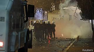 Policías lanzan gases lacrimógenos