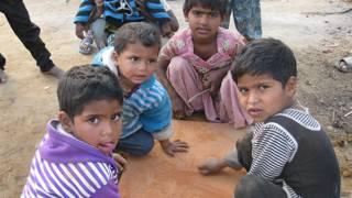 उत्तर प्रदेश के दंगा राहत शिविर में बच्चे