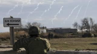 Soldado ucraniano em posto militar próximo à Crimeia (Reuters)