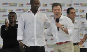 O presidente Juan Manuel Santos (à direita), ao lado do ex-jogador de beisebol Edgard Rentiera (AP)