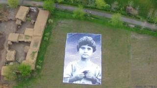 Vista aérea de foto de niña en campo en Pakistán