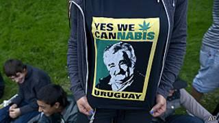 Camiseta con retrato de Mujica y marihuana
